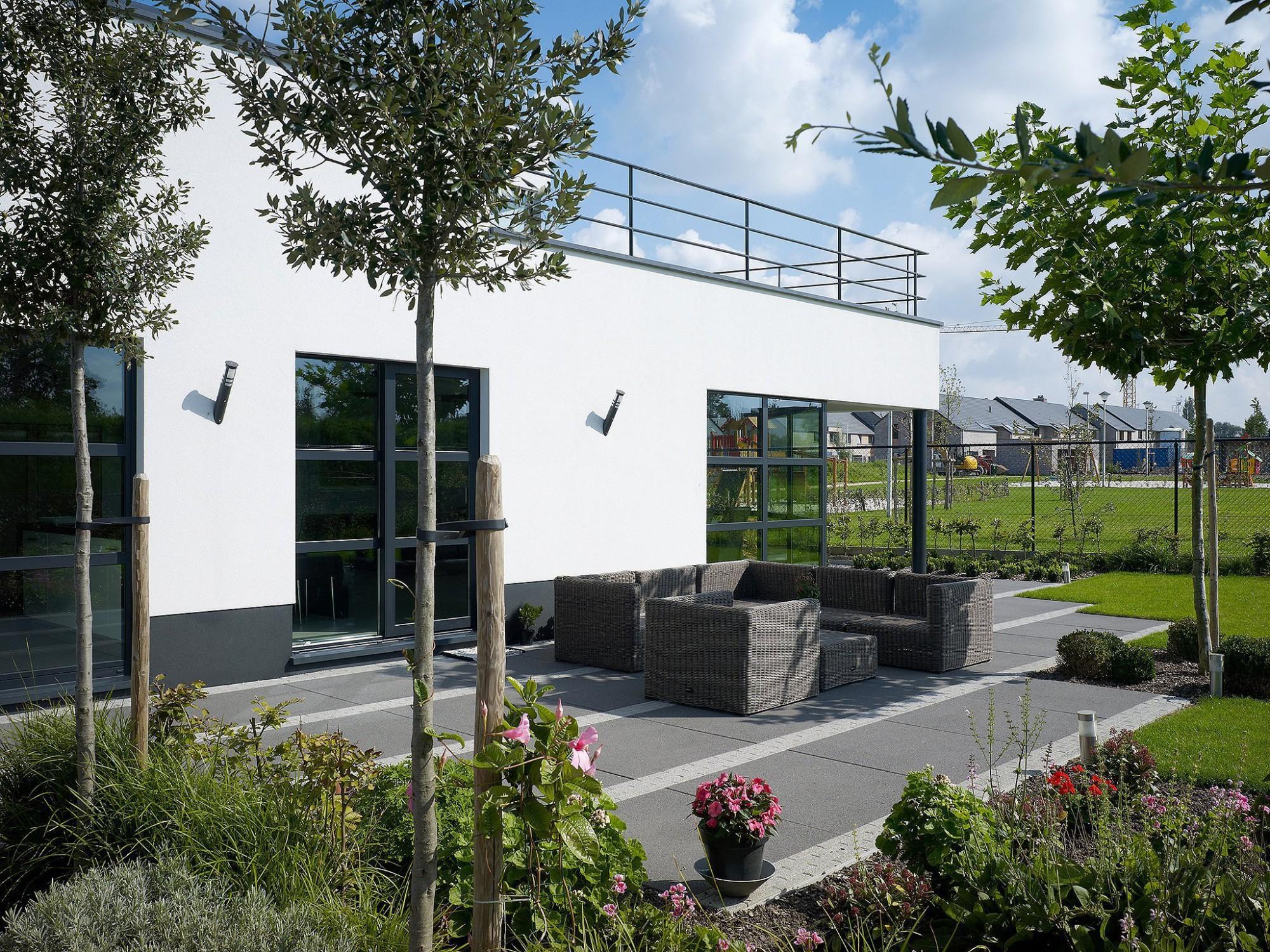 Afbeelding: Fotografie tuin en terras rond moderne woning te Hasselt, terrastegels Stone&Style, foto Van Huffel.