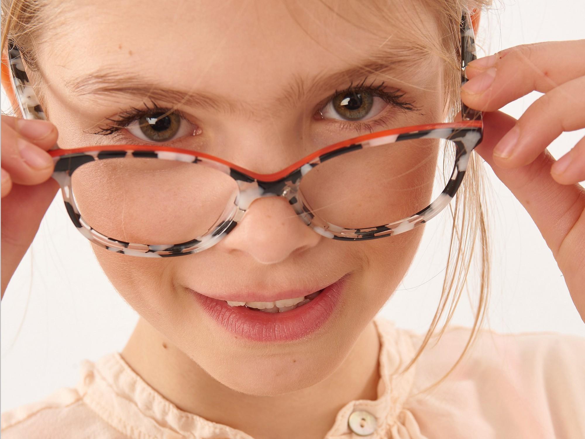 Afbeelding: Fotografie van kinderen met brilmonturen voor Dominik Van den Bosch, foto Van Huffel.