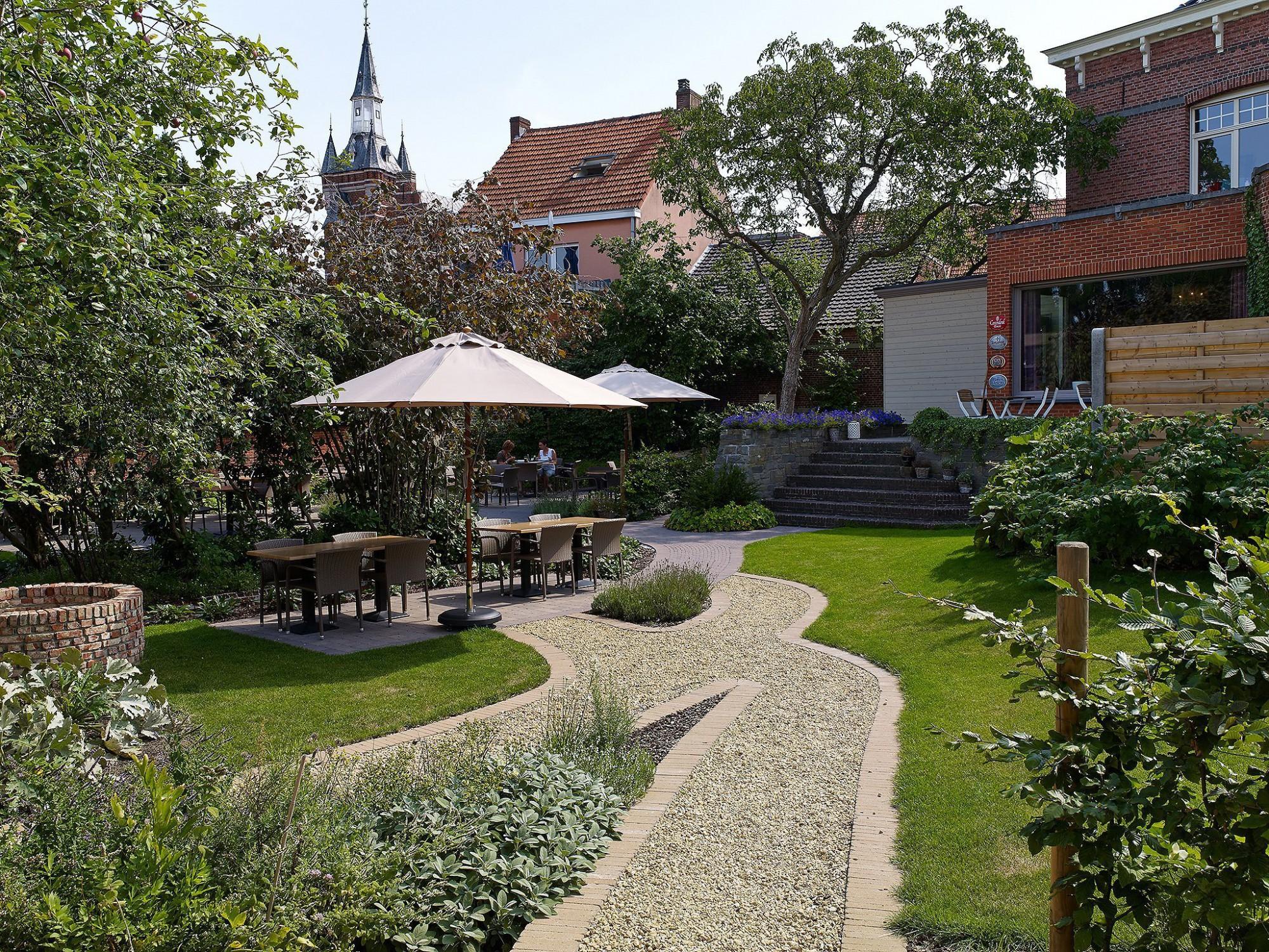 Afbeelding: Fotografie tuin en tegels rond horeca gebouw te Balen, bestratingsmaterialen Stone&Style.
