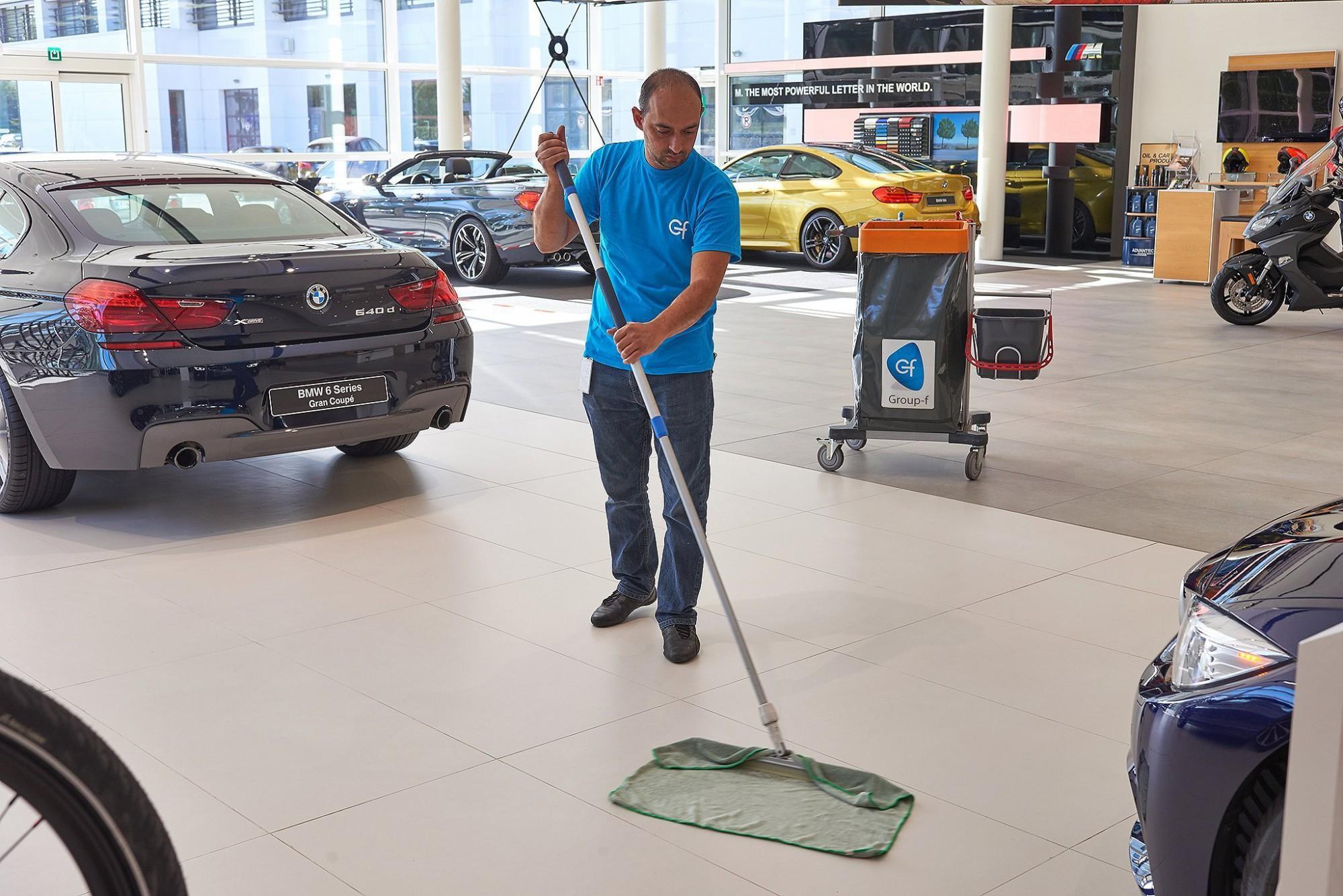 Afbeelding: Bedrijfsfotografie voor Group-F, poetsen van een auto-showroom.