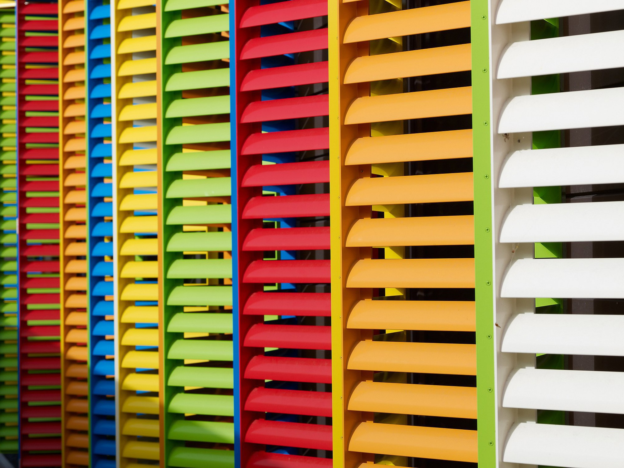 Afbeelding: Creatief gebruik van kleuren in zonwering systeem, productfotorafie op locatie, foto Van Huffel uit Hoogstraten.