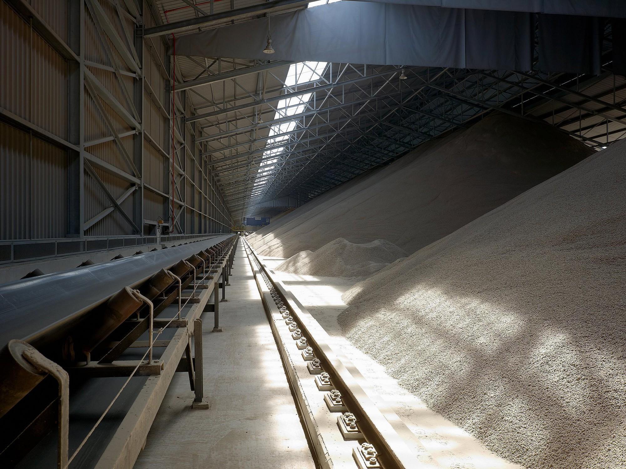 Afbeelding: Interieur fotografie industrie, opslagloods pellets haven Gent voor Bolckmans.