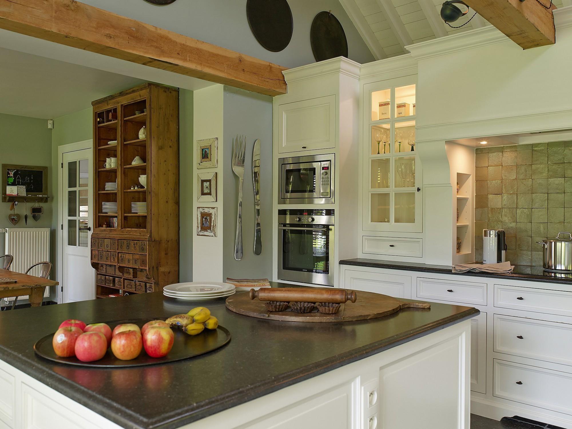 Afbeelding: Fotografie interieur klassiek keuken eiken bijgebouw te Valmont voor © Heritage Buildings, fotografie keukens Foto Van Huffel.