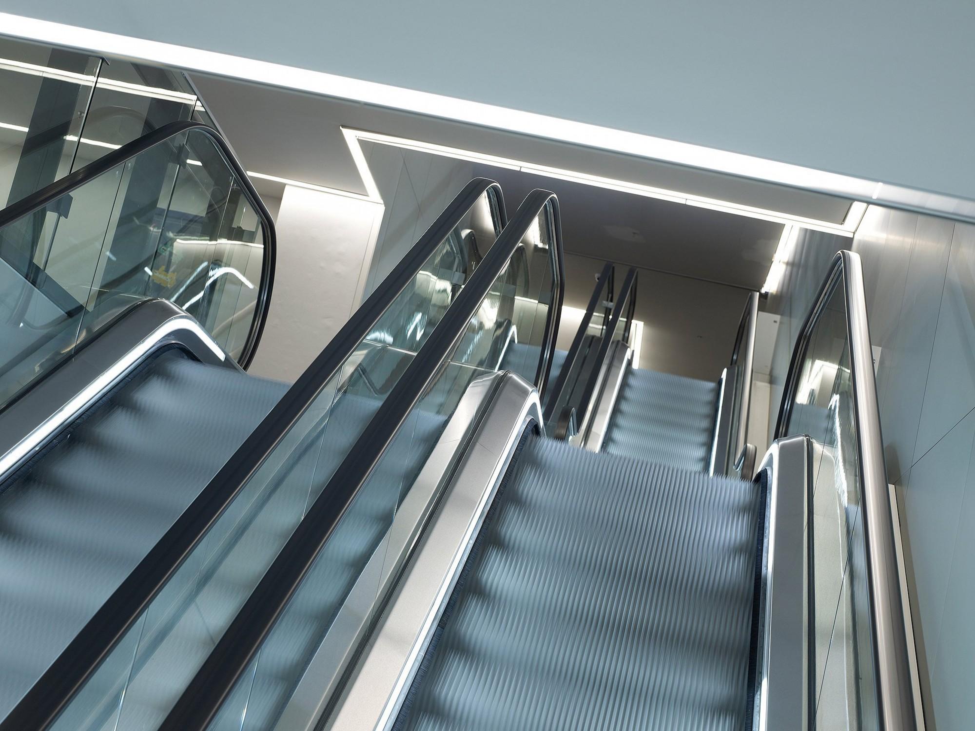 Afbeelding: Interieur fotografie roltrappen in winkelcentrum K te Kortrijk, voor de groep Van Roey.