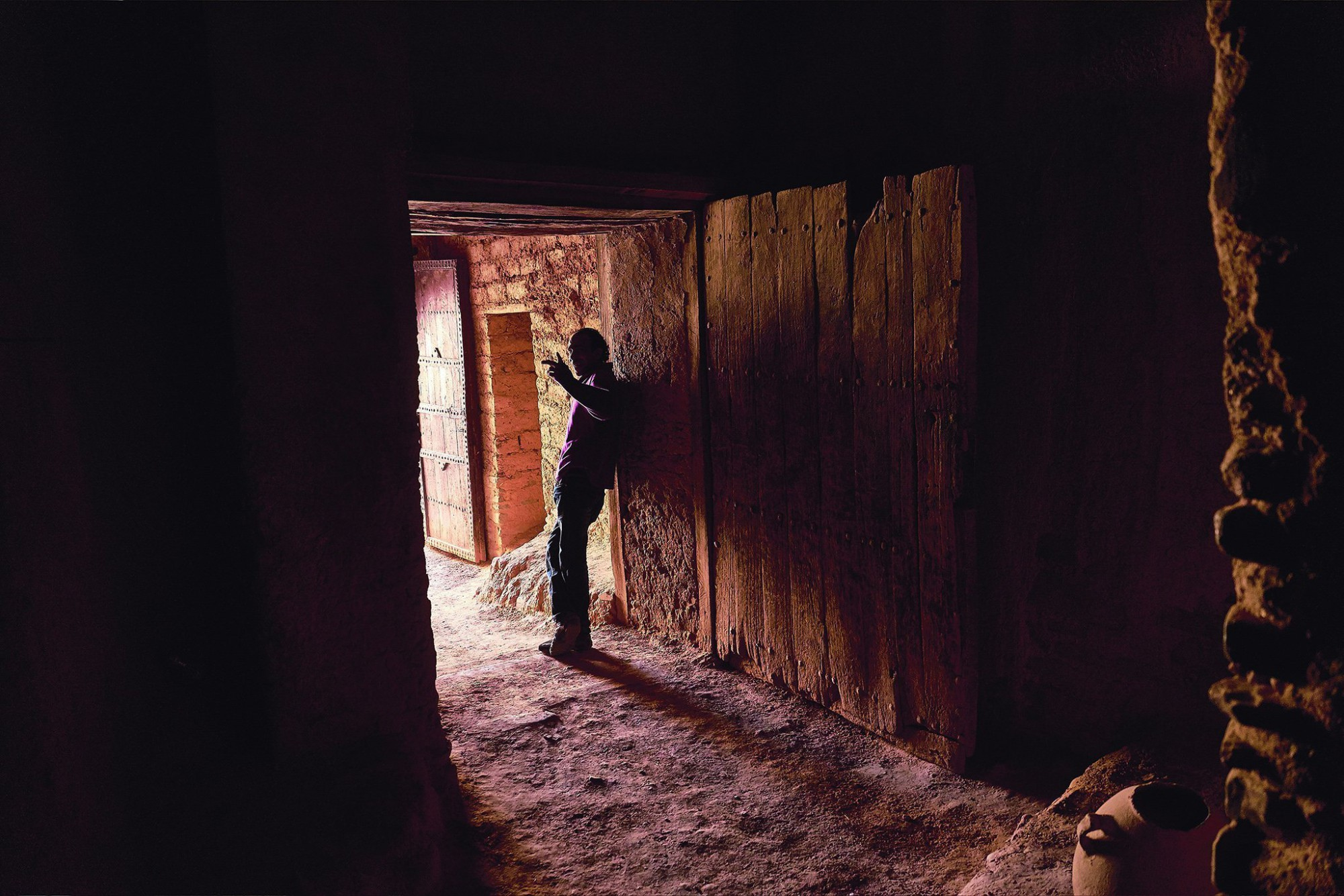 Afbeelding: Man die de kasbah van zijn familie beheert, Agdz, Marokko. Fotografie reisreportages, Foto Van Huffel Hoogstraten.