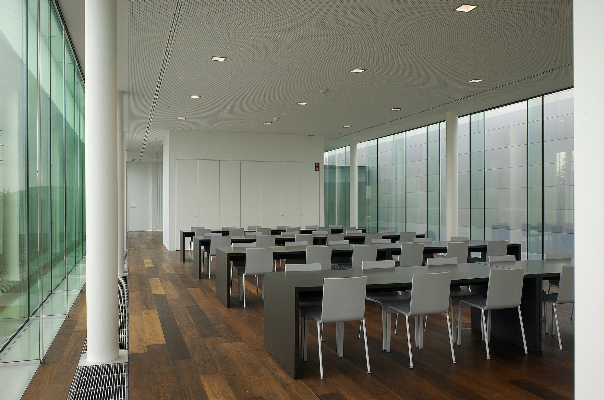 Afbeelding: Interieur fotografie vergaderruimte Niko te Sint Niklaas, voor Vanhout.pro.
