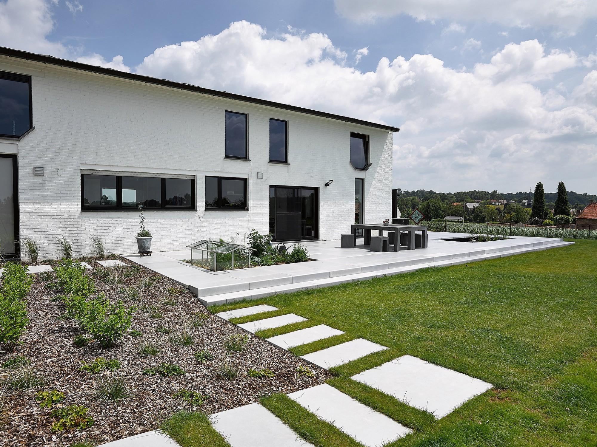 Afbeelding: Fotografie tuin, terras en moestuin in Lennik, terrastegels Stone&Style, foto Van Huffel.
