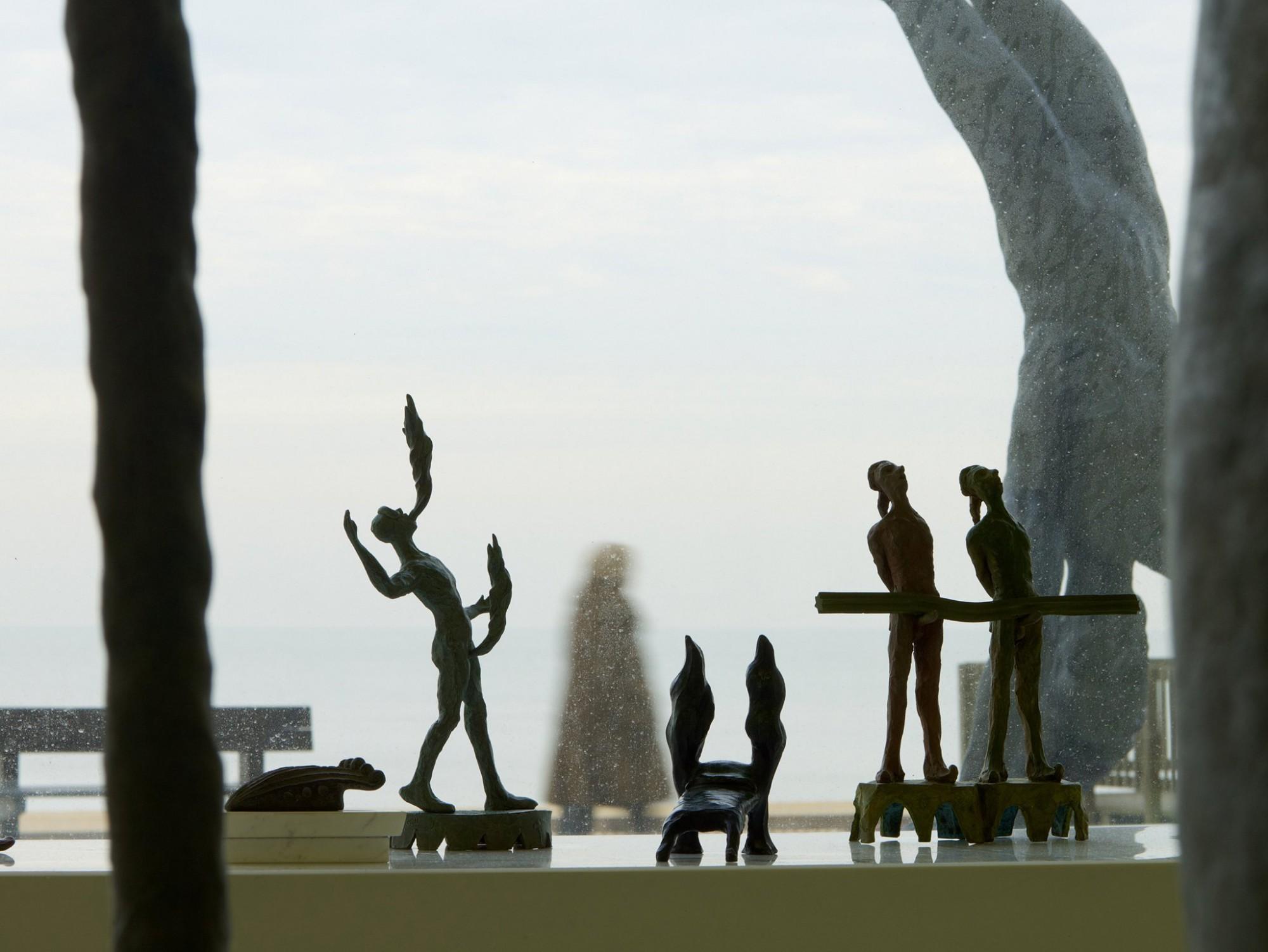 Afbeelding: Sfeerbeeld tijdens opnames voor een tentoonstelling van bronzen sculpturen © Luk Van Soom.