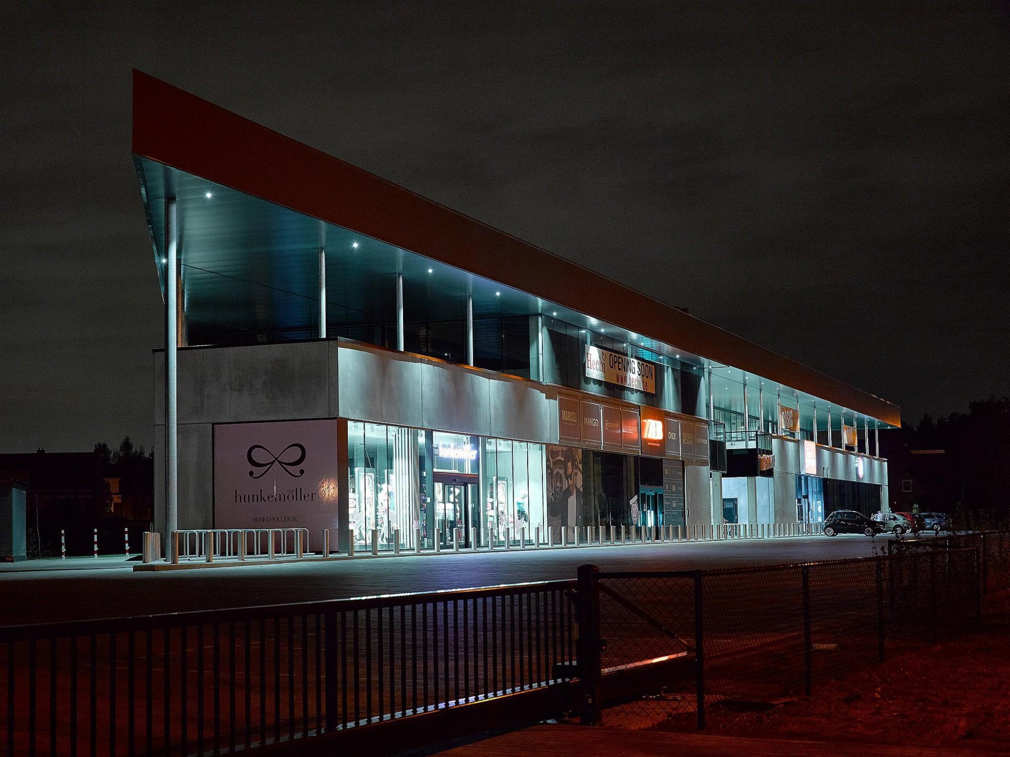 Afbeelding: Architectuur fotografie industriebouw, winkel - en sportruimtes Kontich, voor Mertens architecten.
