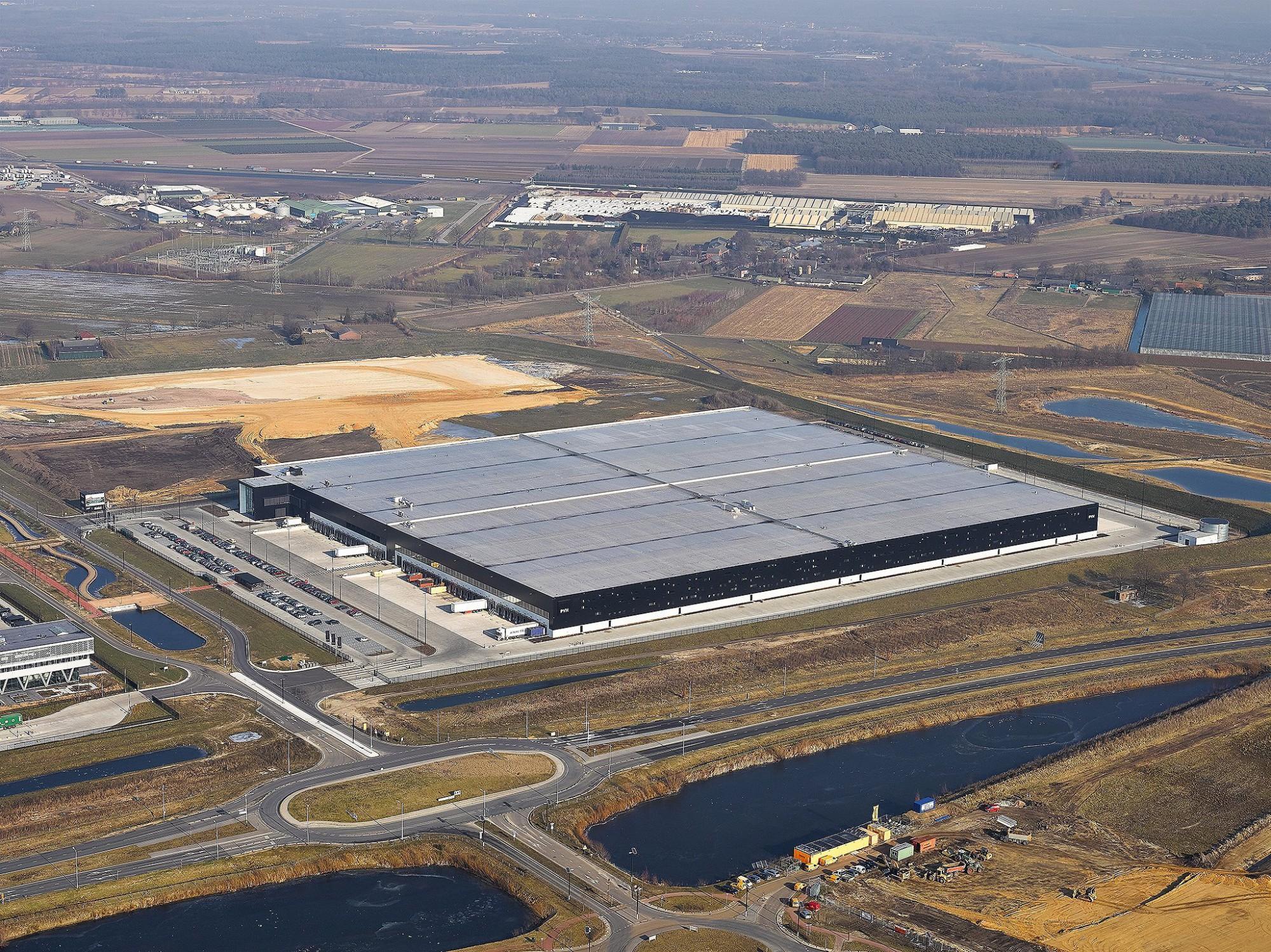 Afbeelding: Luchtfotografie met heli, infrastructuur en opslagruimte PHV te Venlo, voor groep Heylen.