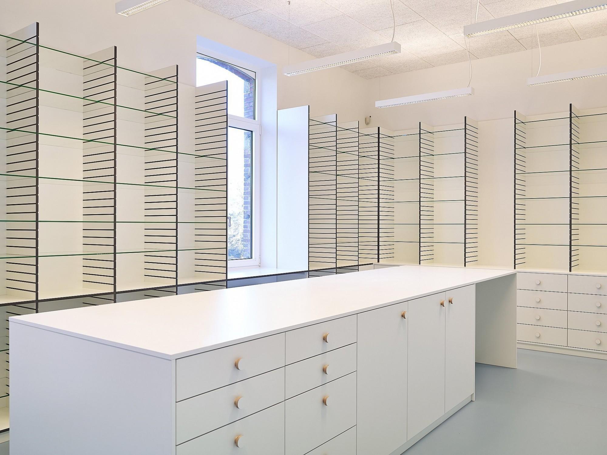 Afbeelding: Interieur fotografie, meubilair op locatie, kasten voor apotheek te Bouchout.