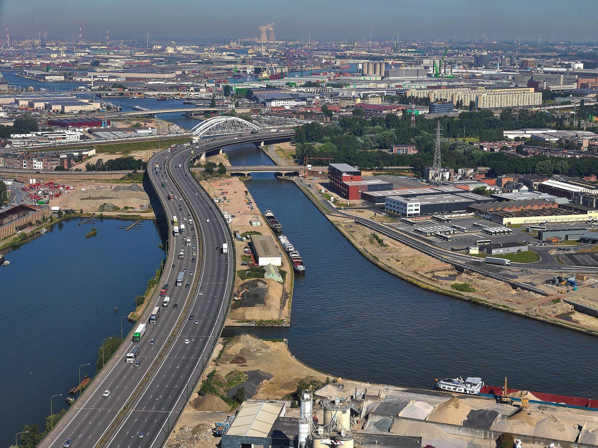 Afbeelding: Luchtfotografie met heli, Antwerpse ring Merksem - Albertkanaal.