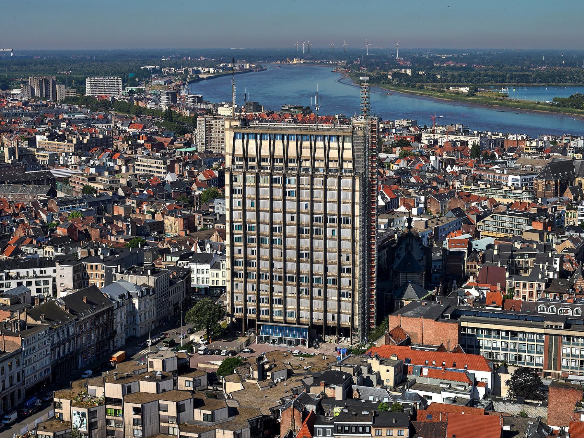 Afbeelding: Luchtfotografie met heli, renovatie politie toren te Antwerpen.