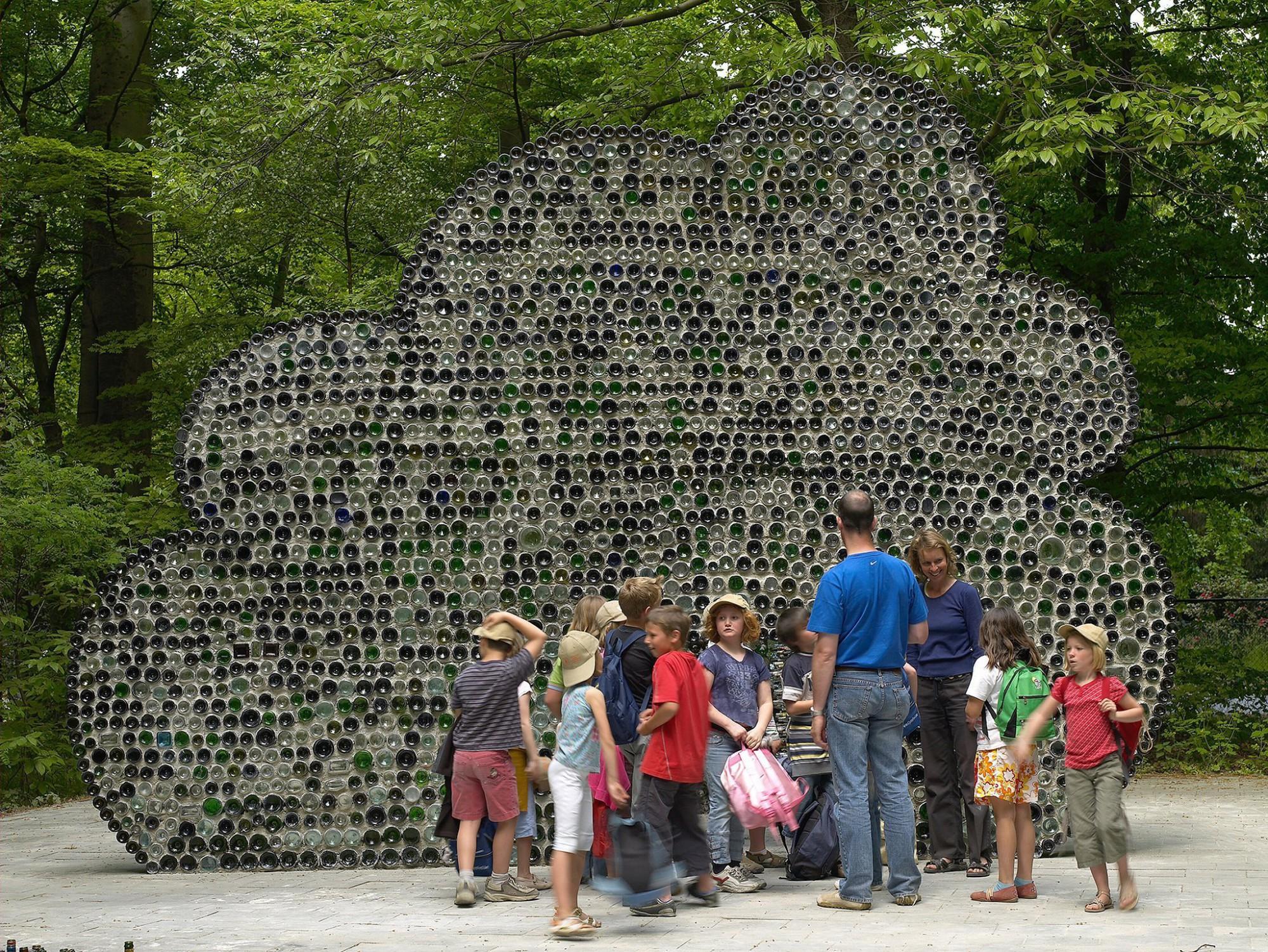 Afbeelding: Sculptuur uit glazen flessen, Middelheim Antwerpen © Luk Van Soom.