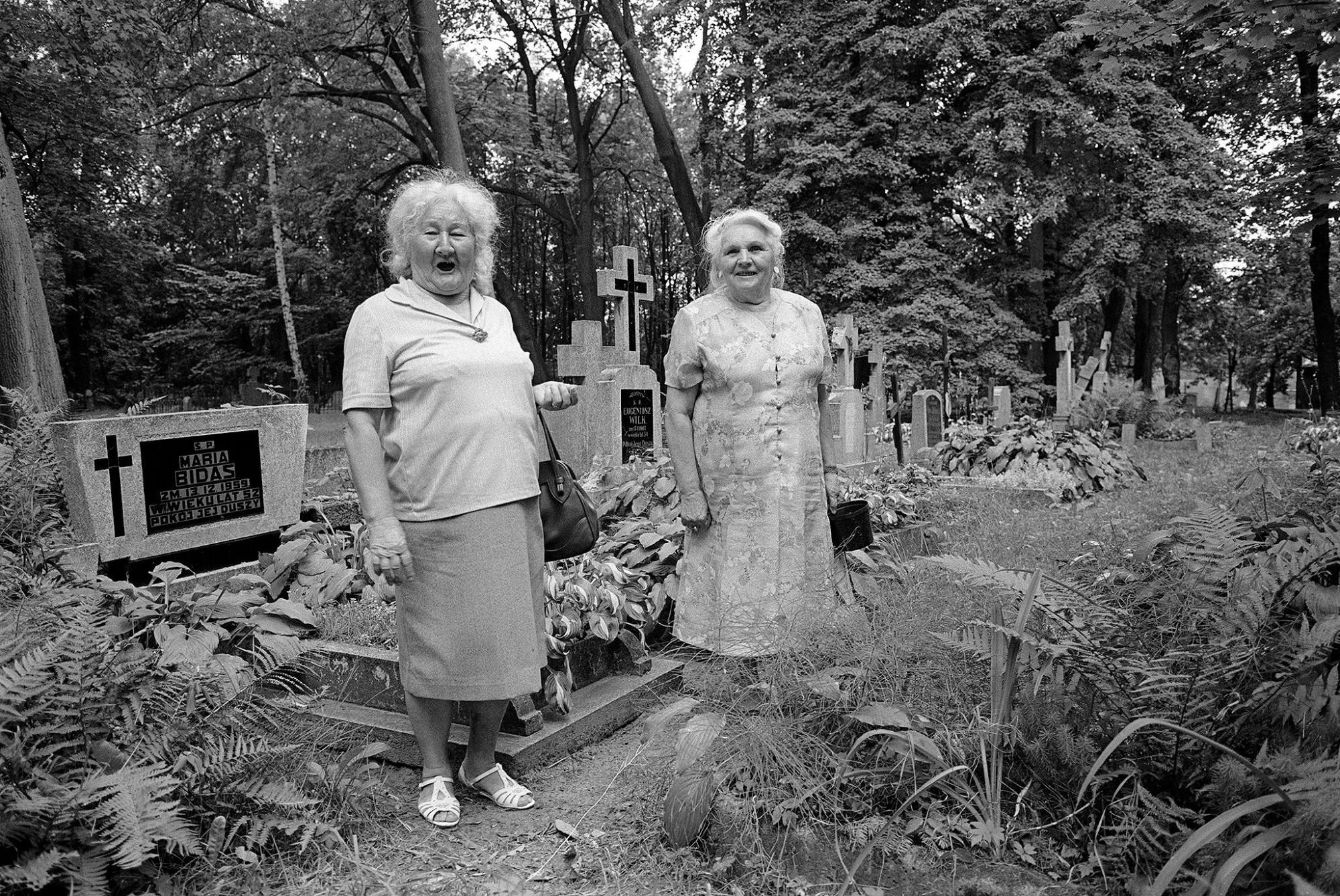 Afbeelding: ART- Fotografie © Dominique Van Huffel, uit de reeks: Polen, een kast op glazen poten. Vrouwen bezoeken kerkhof, Olzstijn.