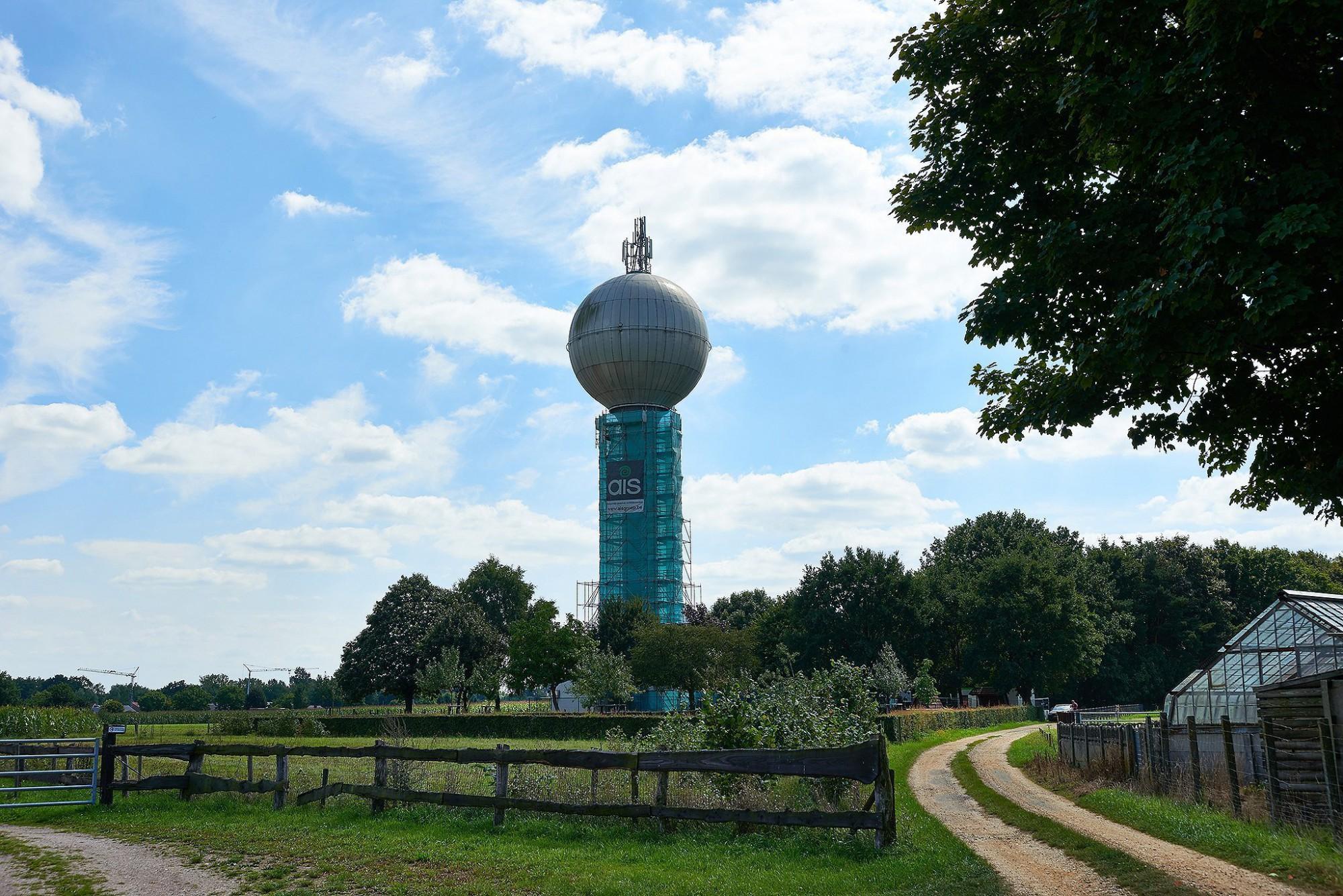 Afbeelding: Fotografie watertoren Meeuwen, herschilderen door en voor AIS.